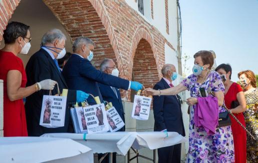 Vista del reparto de las bolsas con el pan y el queso que a pesar de las restricciones impuestas por la pandemia de la COVID-19 no han impedido la celebración de esta tradición este jueves en Quel, La Rioja.
