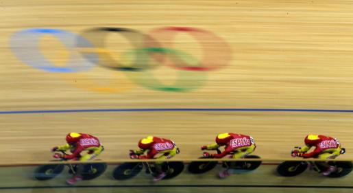 Los ciclistas españoles Pablo Bernal, Albert Torres, David Muntaner, y Sebastián Mora durante la prueba de persecucion por equipos.