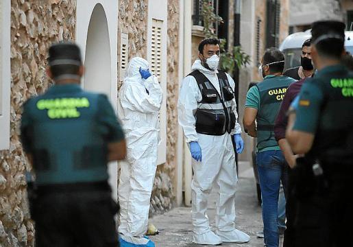 Investigadores de la Guardia Civil junto a la casa.