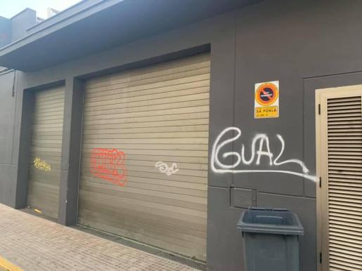 Una de las fachadas que sufrió los actos vandálicos en sa Pobla.