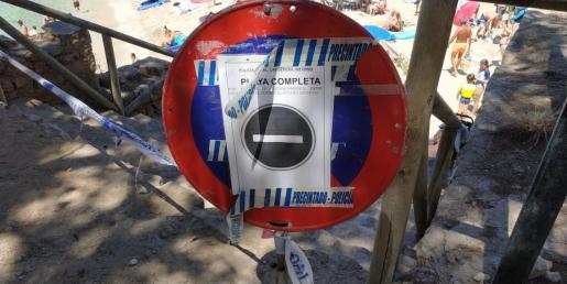 La playa de Cala Gat, luce a menudo la prohibición de acceso debido a la afluencia de gente.