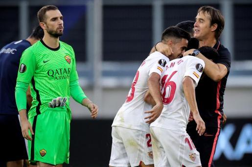 El entrenador del Sevilla, Julen Lopetegui, felicitando a sus jugadores por el paso a cuartos de la Liga Europa.