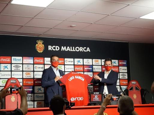Luis García Plaza, a la izquierda, durante la presentación.