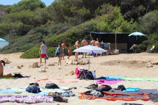 El chiringuito ilegal de Cala Varques funciona de forma irregular desde hace al menos nueve años en la playa 'manacorina'.