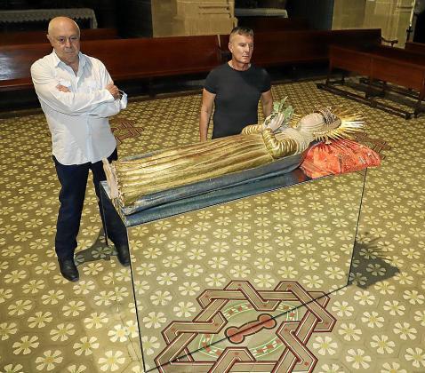 Juan Guaita y Juan Carlos Rego, junto a la talla dels Sagrats Cors (Palma).