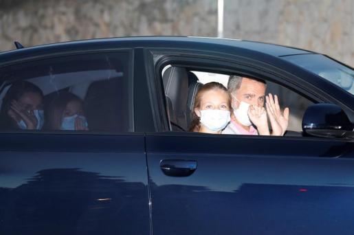 El rey Felipe VI, la reina Letizia, la princesa Leonor y la infanta Sofía a su llegada al Palacio de Marivent, en Palma de Mallorca, en el inicio de sus vacaciones veraniegas en Mallorca.
