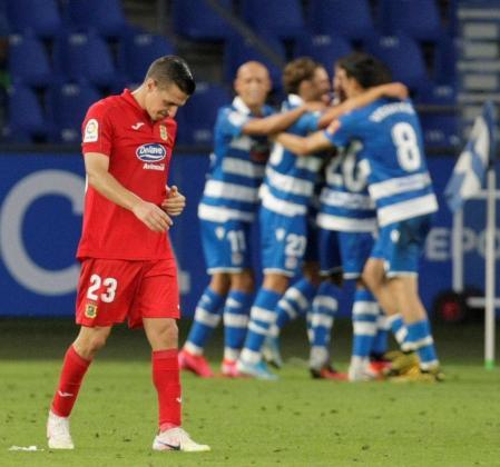 Los jugadores del Deportivo celebran ante José Francisco Agulló, del Fuenlabrada, durante el partido aplazado correspondiente a la última jornada de la Liga SmartBank disputado este viernes en el estadio de Riazor, en A Coruña.