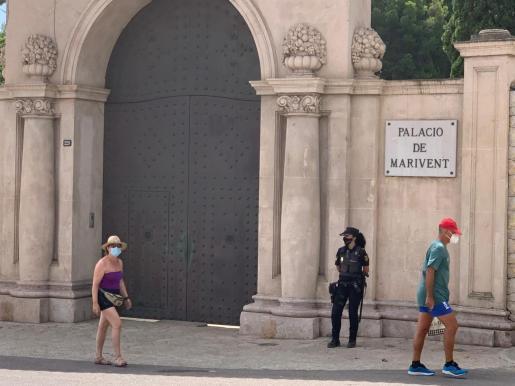 Este año, la Policía Nacional ha vuelto a vigilar el portón del Palacio de Marivent.