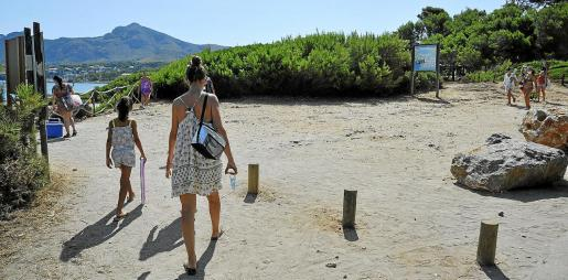 El aforo de vehículos en s'Illot se alcanzó antes del mediodía. A la derecha, la explanada de acceso a la playa de Manresa ofrecía un aspecto muy distinto al habitual.