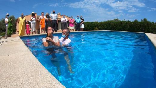 Los Testigos de Jehová bautizan como lo hacían los primeros cristianos, por inmersión en el agua.