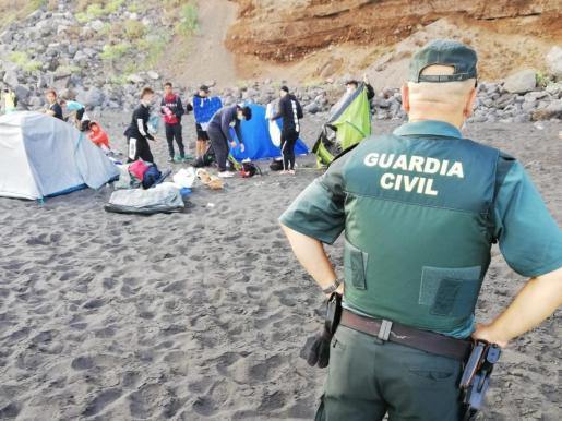 Un dispositivo de la Guardia Civil y la Policía Local del municipio tinerfeño de La Orotava ha desalojado este sábado una playa del norte de la isla.