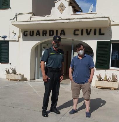 El escritor Javier Cercas ha visitado las dependencias de la Guardia Civil en Puerto Pollença para preparar su nuevo libro.