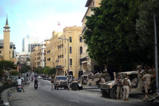 Soldados del ejército en la calle tras una protesta.