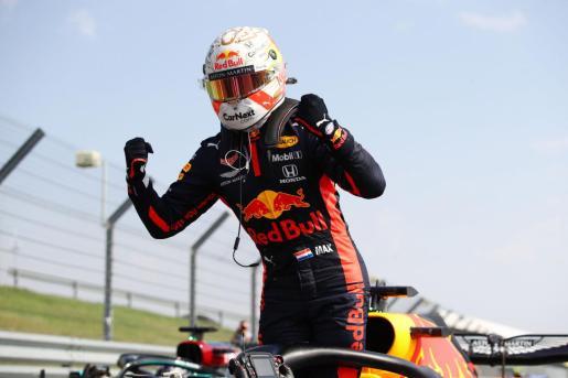 El piloto de Red Bull Max Verstappen celebra su victoria en Silverstone.