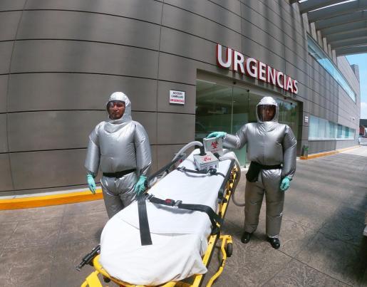 El traje, que en dos meses ha tenido ya tres versiones debido a la insistencia de la empresa por optimizarlo, ayuda a los sanitarios a tratar a los enfermos de coronavirus sin otras protecciones como cubrebocas, gogles o careta.