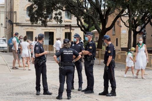 La Policía local de Huesca, en la plaza del Ayuntamiento donde se tendría que celebrar el inicio de las fiestas de San Lorenzo de Huesca pero que se han suspendido por la epidemia del coronavirus.