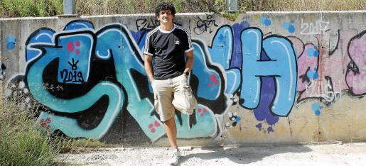 El expresentador y entrenador de boxeo Jero García, junto a un grafiti, esta semana, a las afueras del Port de Pollença.