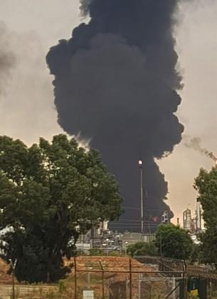 Un depósito de gasóil del Complejo Petroquímico de Puertollano ha comenzado a arder a causa de un rayo caído esta mañana sobre una de las cubetas, lo que ha generado un incendio con una gran columna de humo negro.