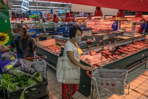 Varias personas comprando en un supermercado de China.