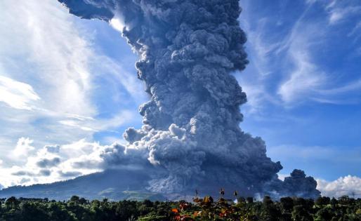 El volcán Sinabung en errupción.