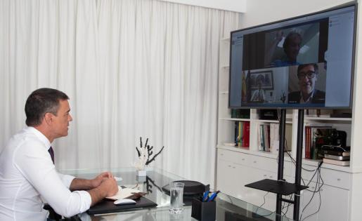 El presidente del Gobierno, Pedro Sánchez, participa por videoconferencia desde Lanzarote con el ministro de Sanidad, Salvador Illa y con el director del Centro de Coordinación de Alertas y Emergencias Sanitarias del Ministerio de Sanidad,. Fernando Simón para tratar el estado de la pandemia.