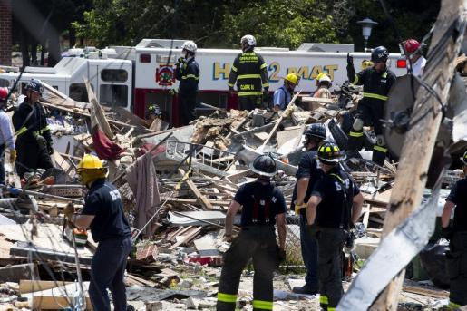 Personal de emergencias en el lugar de la explosión.