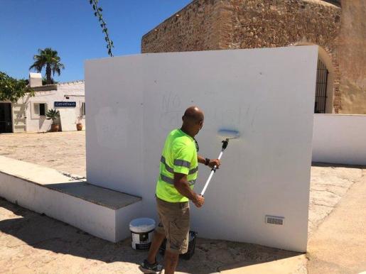 Un operario borra las pintadas en lugares emblemáticos y catalogados de la Isla.