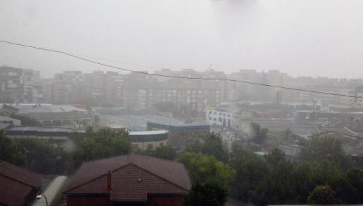 GRAF880. FUENLABRADA, 11/08/2020.- Vista de la tormenta que cae esta mañana en Fuenlabrada (C.Madrid). La Agencia Estatal de Meteorología (Aemet) ha elevado de amarilla a naranja (riesgo importante) la alerta activada para este martes en la Comunidad de Madrid ante la previsión de lluvias y tormentas con fuertes rachas de viento e incluso granizo. EFE/ Joaquín Angullo TORMENTA EN MADRID
