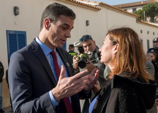 El presidente del Gobierno, Pedro Sánchez, conversa con la presidenta del Gobierno Balear, Francina Armengol, en Cala Rajada el pasado mes de enero durante la visita que realizó a Mallorca para conocer los efectos de la borrasca Gloria.