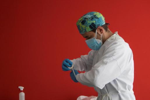 Un enfermero de urgencias del 061 se prepara para realizar los test PCR en la sede del 061 en Zaragoza.