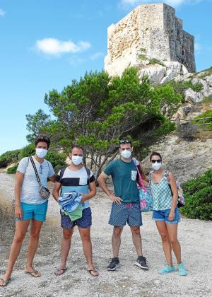 Stefano, Juanma, Carlos y Carmen a los pies del castillo. Vienen de Toledo y coincidieron en la excursión a Cabrera.