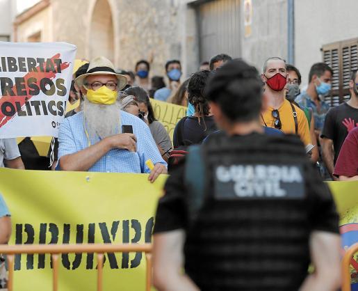 El activista Manel Domènech (mascarilla amarilla), en Petra. El viernes estará en otra manifestación de Arruix Borbons.