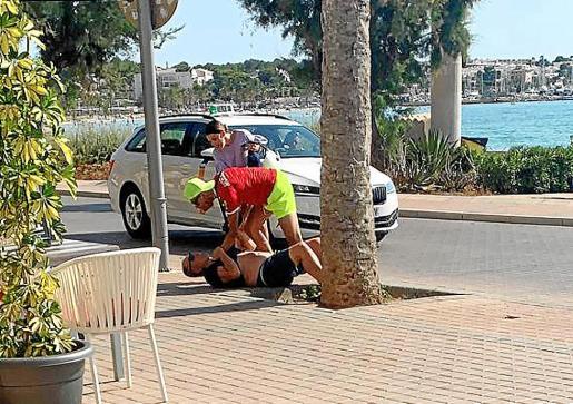 Las víctimas del robo retuvieron en el suelo al sospechoso hasta que llegó la policía.