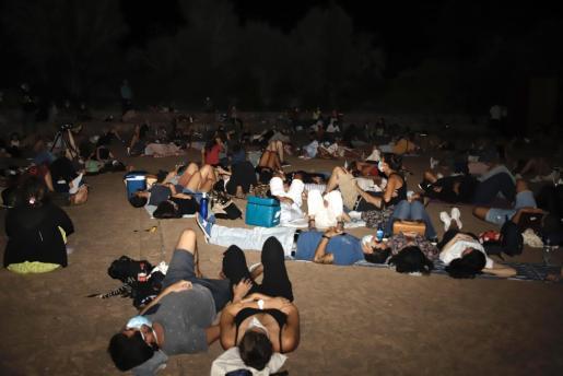 Un grupo de aficionados contemplan el cielo en el observatorio de Costitx. Este año la distancia y la mascarilla marcan la novedad.