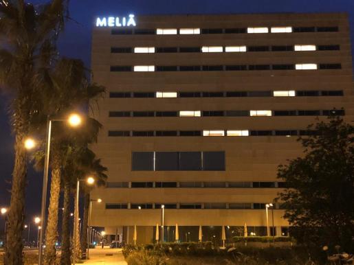 Un gran corazón iluminó la fachada del hotel Palma Bay como muestra de agradecimiento a los que luchan contra el coronavirus.