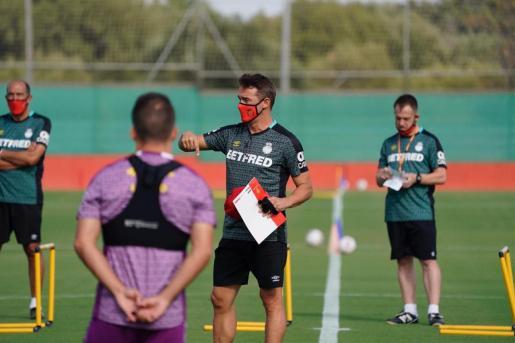 Luis García Plaza, nuevo entrenador del Real Mallorca, durante la primera sesión de pretemporada del equipo