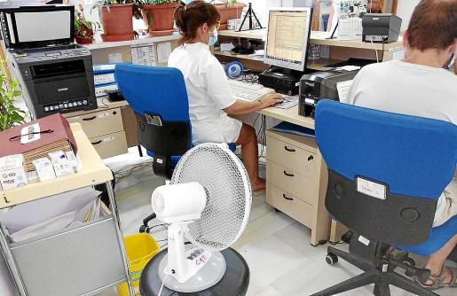En el PAC de Santa Maria se trabaja con ventiladores porque el aire acondicionado lleva meses averiado.