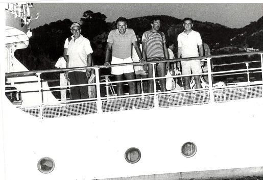 Felipe González y sus acompañantes se asoman desde la cubierta del 'Azor', durante las vacaciones que pasó en Mallorca en 1985.