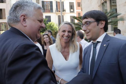Rafael Roig hace un año entre sonrisas con la presidenta de los hoteleros, Maria Frontera, y el conseller Iago Negueruela, durante la toma de posesión del Govern.