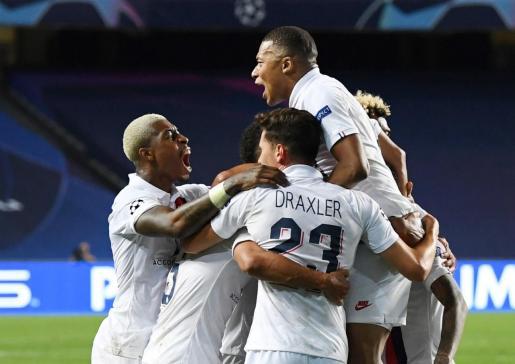 Los jugadores del PSG celebran el pase a semifinales.