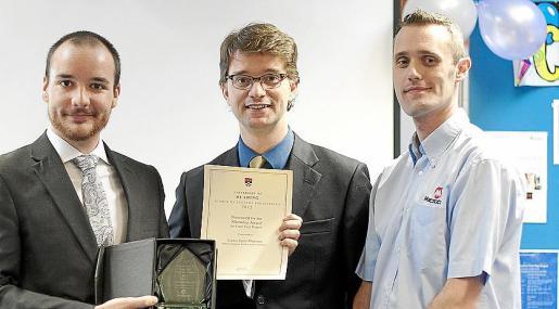 Carlos Sainz Martínez con el premio; Ben Cosh, jefe del departamento de Ingeniería de Sistemas de la Universidad de Reading; y Scott Gill, representante de la multinacional Microchip.