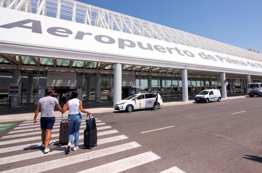 Varios turistas se dirigen a la terminal de salida del aeropuerto de Palma el pasado mes de julio.