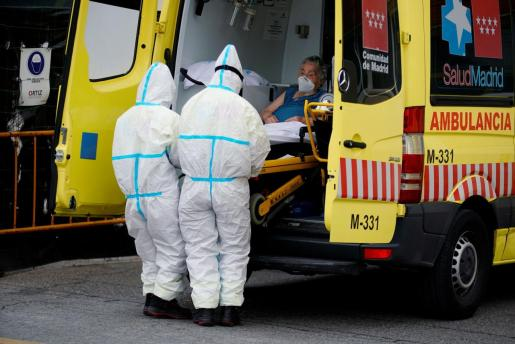 Personal médico atendiendo a un afectada por coronavirus en Madrid.