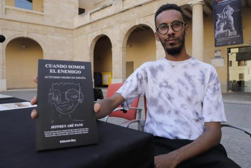 Jeffrey Abé Pans, durante la presentación de su obra, que publicó a finales de 2019.