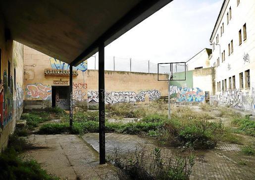 La antigua cárcel de Palma está degradada y la habitan cerca de una decena de okupas.