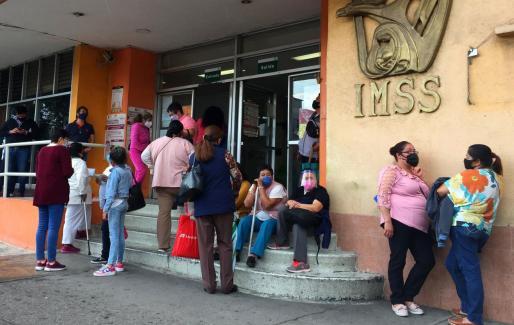Personas con mascarilla esperan ser atendidas en un hospital del Instituto Mexicano del Seguro Social (IMSS), en el municipio de Tlalnepantla, Estado de México. La pandemia de COVID-19 en México continúa descontrolada y contaminada por un debate sobre el valor de usar o no la mascarilla.