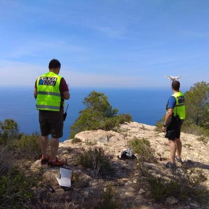 Efectivos de la Policía Local de Sant Josep, durante la inspección de los acantilados de Cala d'Hort con la ayuda de un dron.