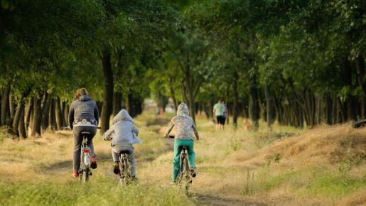 Las rutas ciclistas, las autocaravanas y la búsqueda de actividades de ocio diferentes marcan el periodo estival.