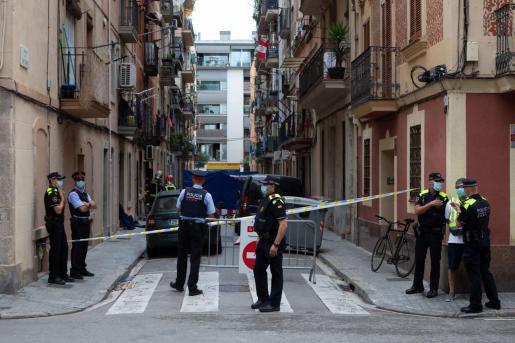 Según los Bombers de Barcelona, el incendio podría haberse originado por la carga de una batería de las bicicletas que algunos de los fallecidos utilizaban para trabajar.