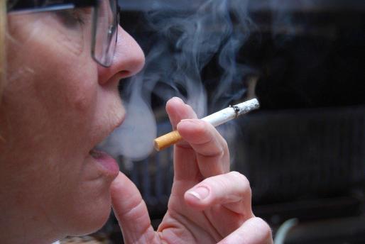 Se prohíbe fumar en la vía pública o al aire libre si no se puede guardar dos metros de distancia de seguridad.